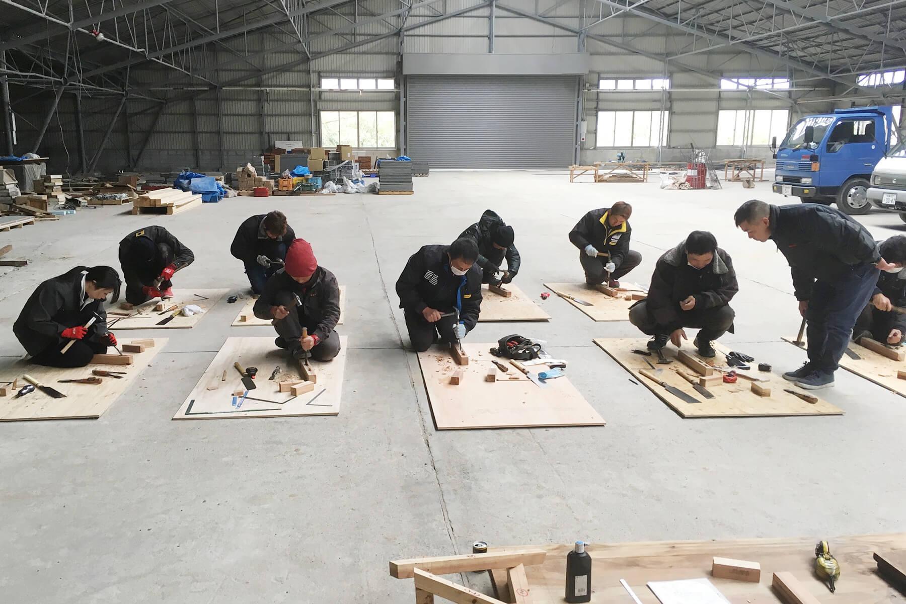 「ものづくりマイスター活用事業」第一日目の墨付け作業に取り組む、朝日I&Rワークスの新人社員たち