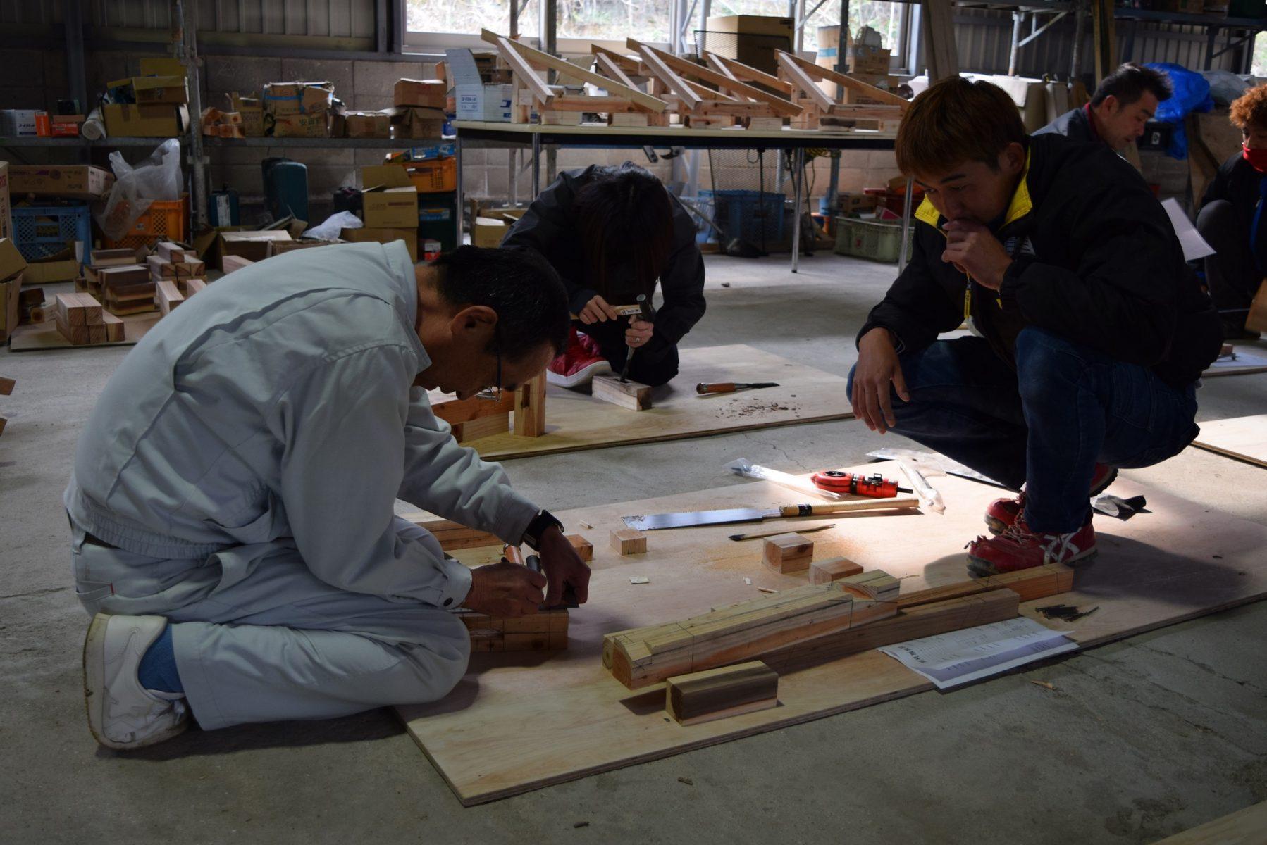 ものづくりマイスターの林田氏(左)の実演から技術を学ぶ、朝日I&Rワークスの若手社員