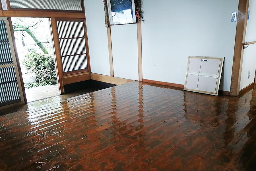 8月豪雨により浸水した家屋(玄関)