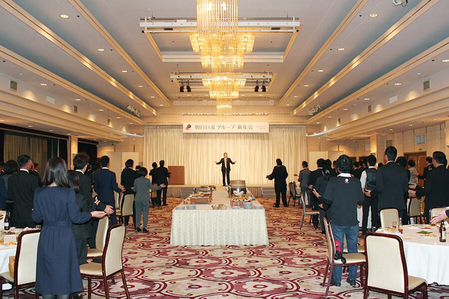 新年会の締めを執り行う 朝日I&Rプロパティ取締役副社長 井手隆司