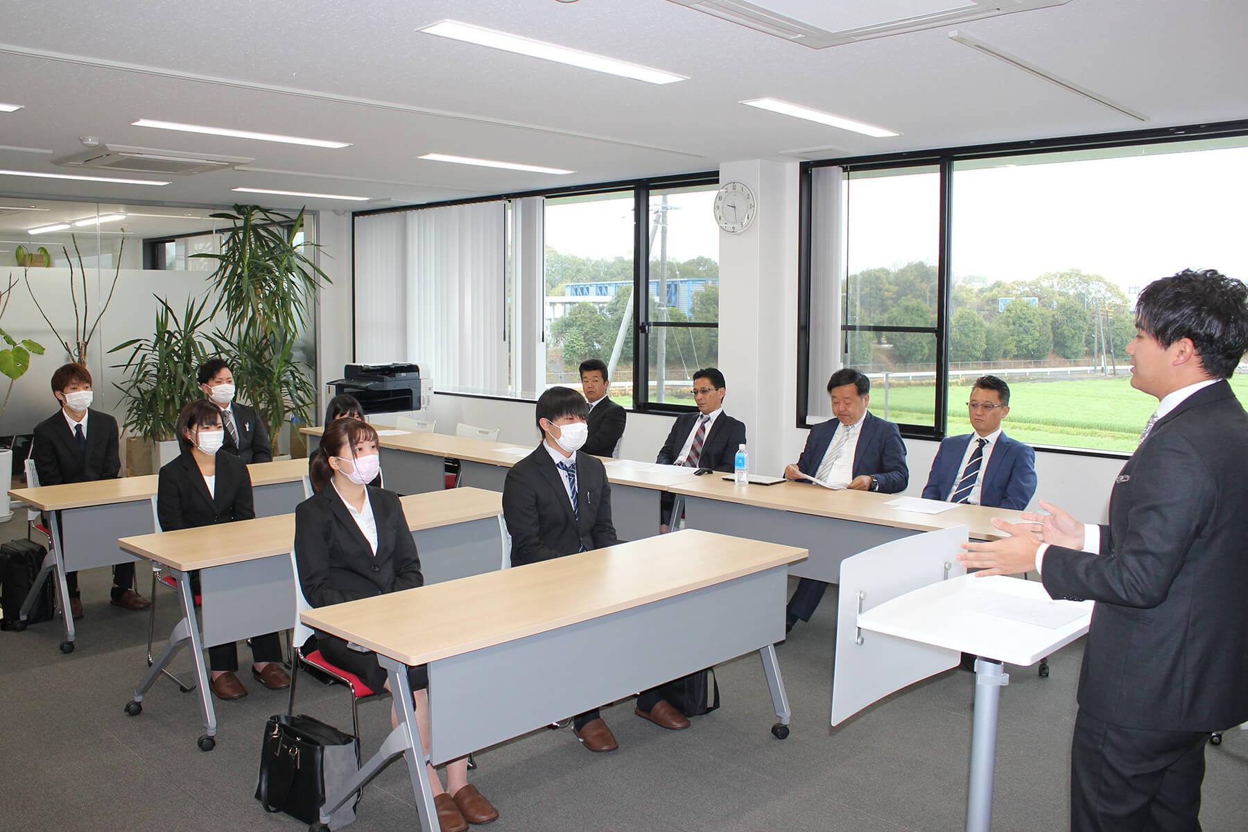 朝日I&Rグループ入社式で挨拶をする野畑龍一専務