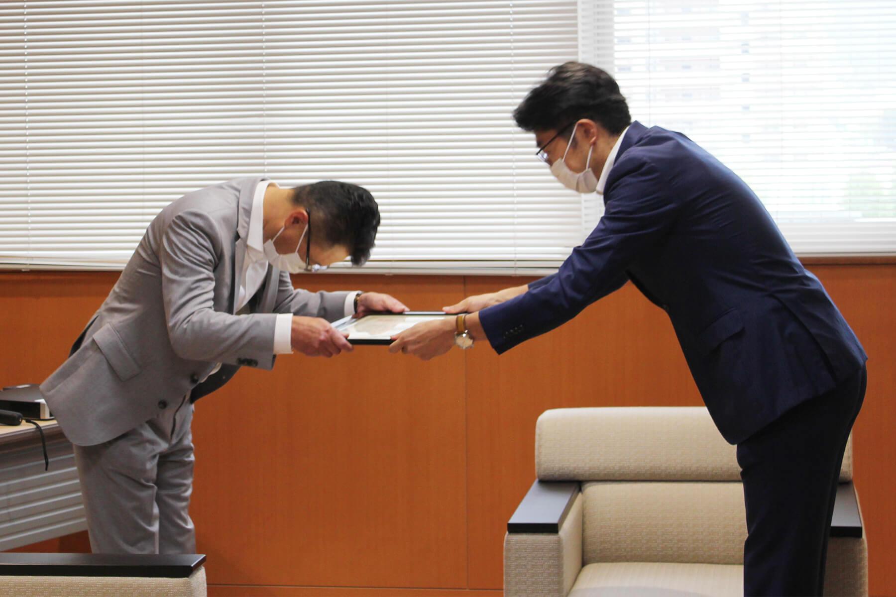 小松政 武雄市長より感謝状を授与される野畑龍彦 朝日I&Rグループ会長