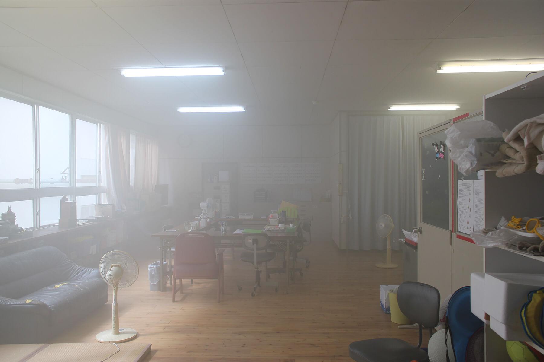 除菌工房 天然の植物由来成分の薬剤ミスト(霧)が室内に散布している様子