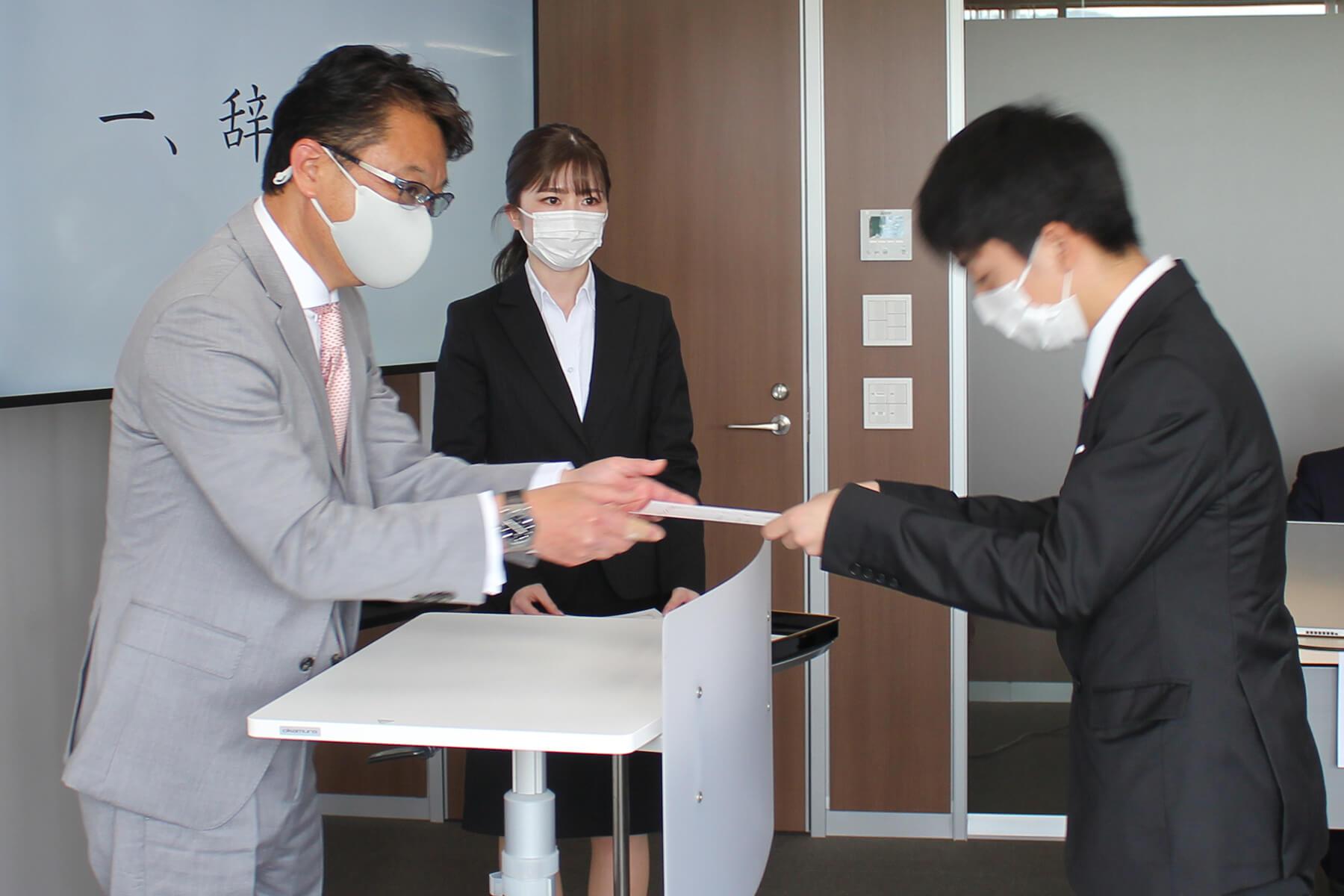 新入社員へ辞令を交付する、グループ代表の野畑龍彦